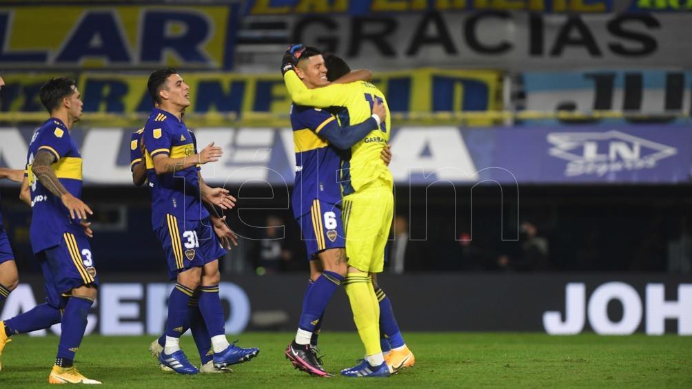 Los jugadores de Boca festejan con Rossi, el héroe de la definición.
