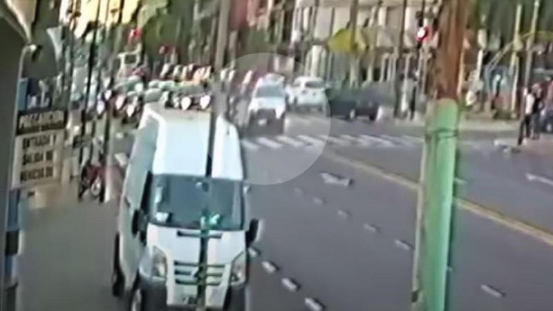 Un motociclista murió atropellado por una patrulla y una policía fue detenida