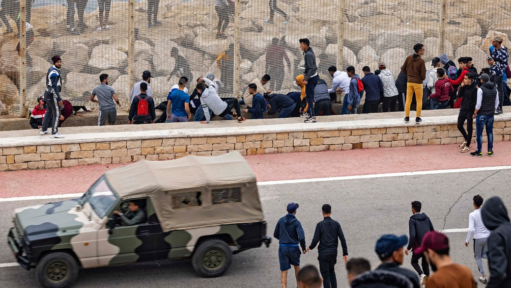 Miles de migrantes entraron al vecino enclave español de Ceuta
