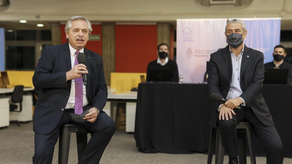 Fernández participó del acto de sorteo de la nueva línea Créditos Casa Propia para refacción y construcción de viviendas, junto al ministro de Desarrollo Territorial y Hábitat, Jorge Ferraresi.