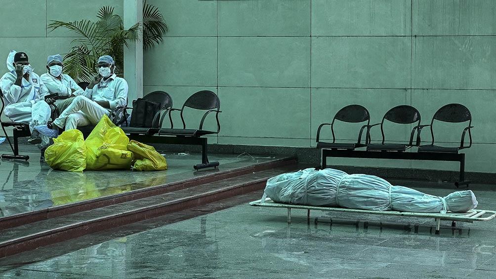 """Récord de muertos en la India por coronavirus: denuncian que los ciudadanos fueron librados a la """"misericordia de Dios""""."""