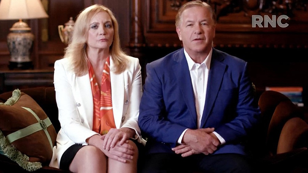 La pareja, inculpada por uso ilegal de armas de fuego, fue invitada a una convención nacional republicana.