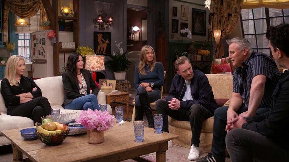 Jennifer Aniston, Courteney Cox, Lisa Kudrow, Matt LeBlanc, Matthew Perry y David Schwimmer conversan en el set original de la serie.
