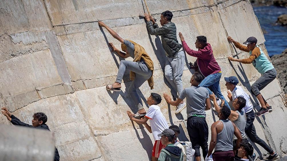 Los migrantes hacen todos los esfuerzos para llegar a territorio europeo.
