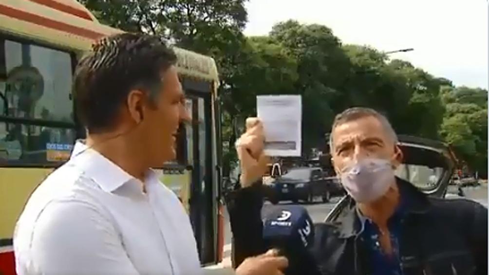Gustavo Garzón irrumpió en un móvil en vivo para demostrar su alegría y agradecimiento por recibir la vacuna.