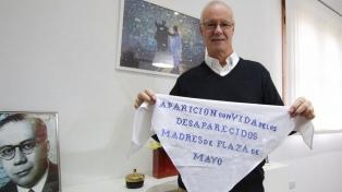 Madres de Plaza de Mayo le entregaron su pañuelo al ministro Daniel Gollan