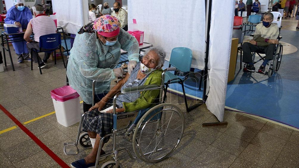 Los vacunadores no solo inmunizan, sino que también escuchan, contienen y aconsejan. Foto: Marcelo Ochoa.
