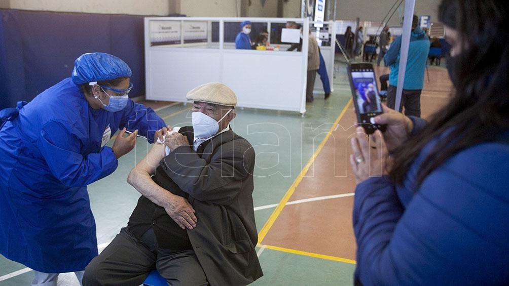 Estudiantes de enfermería, enfermeros, farmacéuticos y médicos se capacitaron para poder realizar esta tarea. Foto: Walter Díaz.