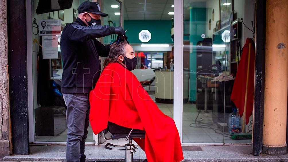 Un peluquero marplatense sacó el sillón de su local a la vereda y comenzó a atender a sus clientes pese a las nuevas restricciones por la pandemia