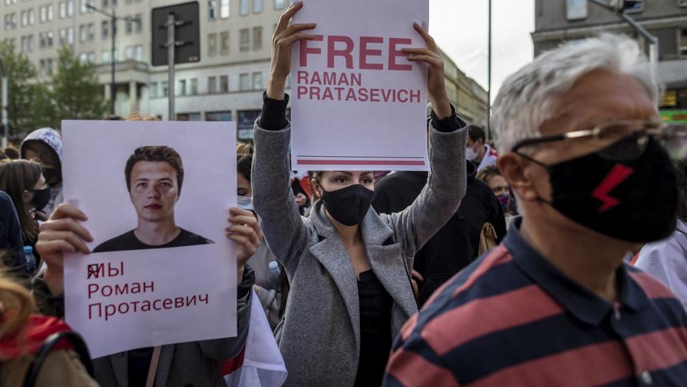 El gobierno bielorruso mostró a Protasevich en un video y la UE cerró su cielo a aviones bielorrusos