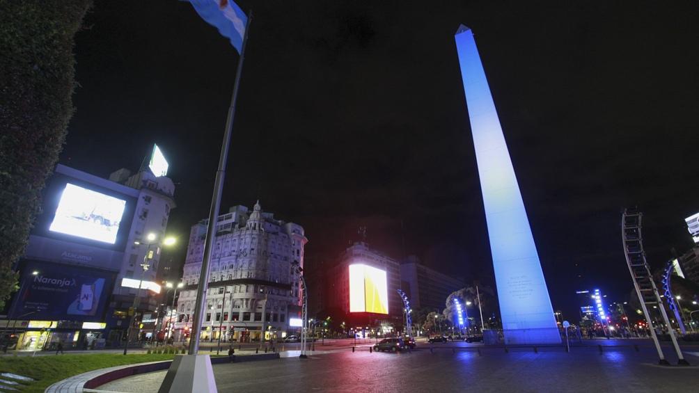 El Ministerio de Espacio Público e Higiene Urbana porteño instaló banderas argentinas sobre la Avenida de Mayo, iluminará monumentos y fachadas de edificios de celeste y blanco