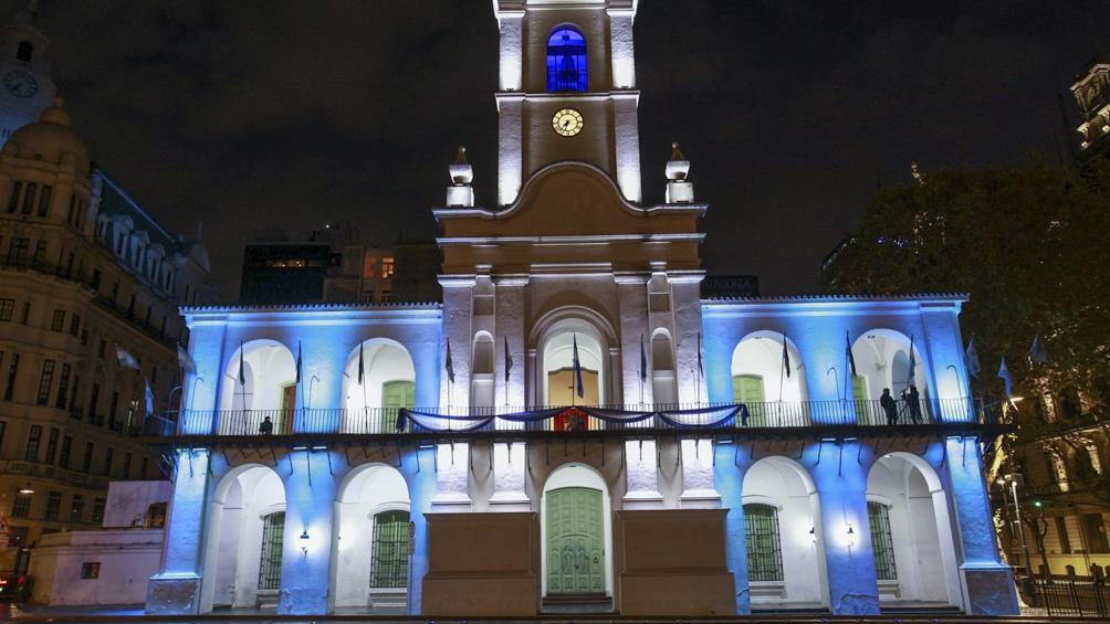La decoración se puede observar a lo largo de la Avenida de Mayo, entre Plaza de Mayo y la Plaza Mariano Moreno, y permanecerá hasta el 26 de mayo.