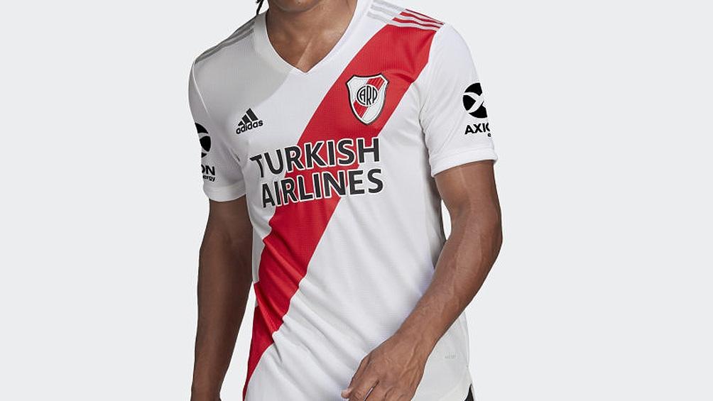 La nueva camiseta titular de Adidas que el Millonario utilizará durante esta temporada tiene la clásica banda roja más ancha que en las versiones anteriores.