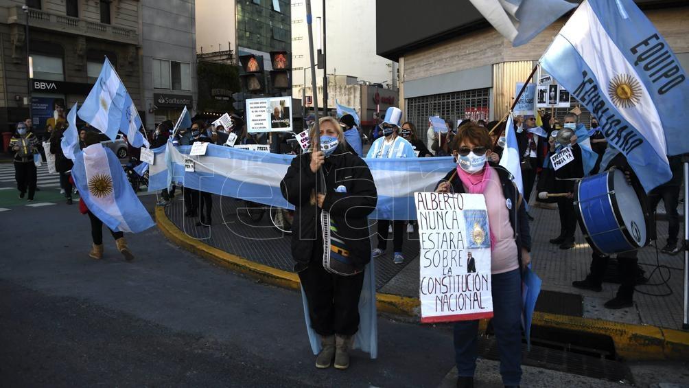 En la Ciudad de Buenos Aires manifestantes se congregaron en el Obelisco porteño para expresar su descontento con las medidas de restricción a la circulación impuestas por el Gobierno nacional para
