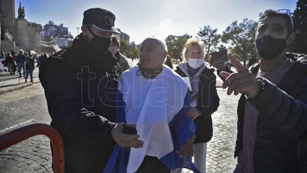 Unos 600 asistentes protestaron en Rosario sin respetar el distanciamiento social y el uso del tapabocas, contra las medidas restrictivas impuestas por el Gobierno Nacional y los gobiernos locales.