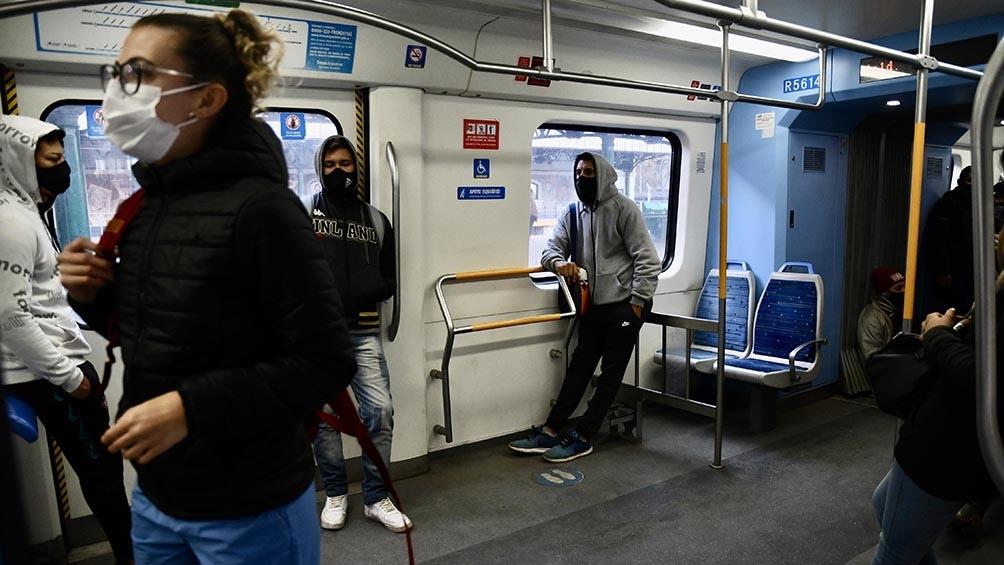 Se permite hasta un pasajero parado por metro cuadrado en los espacios libres .
