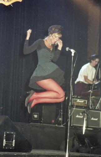 Fabiana Cantilo en el escenario, demostrando su carisma y su talento. Foto: Gentileza de Resakka.