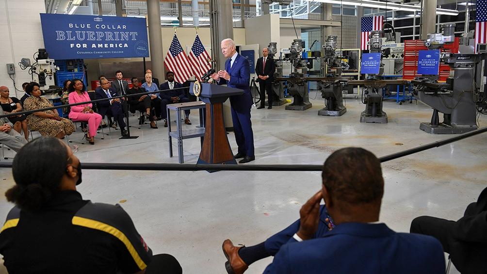 Biden defendió su gigantesco plan de inversión pública desde un centro universitario comunitario en Ohio