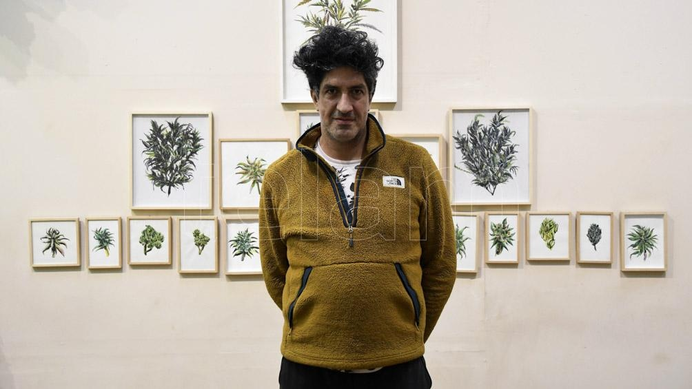 La exhibición recoge la obra de Fernando Brizuela (en la foto) y Jacko Rial, entre otros artistas.