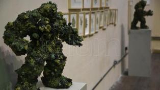 """""""El monstruo que no dejan salir"""", una muestra de 50 esculturas y objetos hechos con marihuana"""
