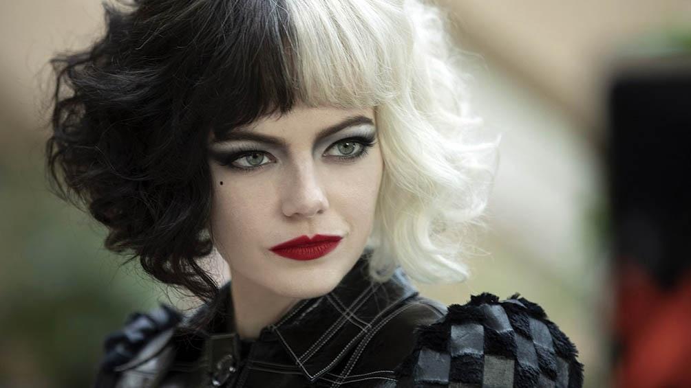Cruella es más bien una antiheroína: una joven inteligente de niñez traumática, delincuente pero encantadora.