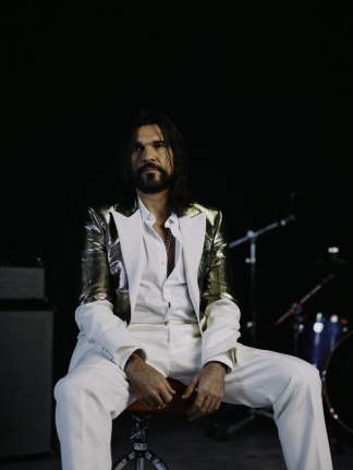 """En el documental, Juanes les pregunta a Páez, Guerra, Sabina y a Ziggy Marley qué significa el """"Origen"""" para ellos y les hace escuchar sus versiones, para cruzar interesantes conceptos sobre la canción latina."""