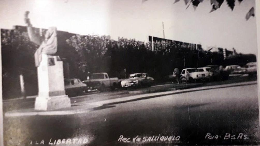 """""""Salliqueló mostraba orgullosa su homenaje"""". El historiador Donari eligió una tarjeta postal de la ciudad para ilustrar su libro """"El pedestal vacío""""."""