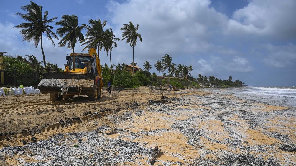 Un barco se incendia frente a Colombo, ciudad más poblada de ese país de Asia del Sur.