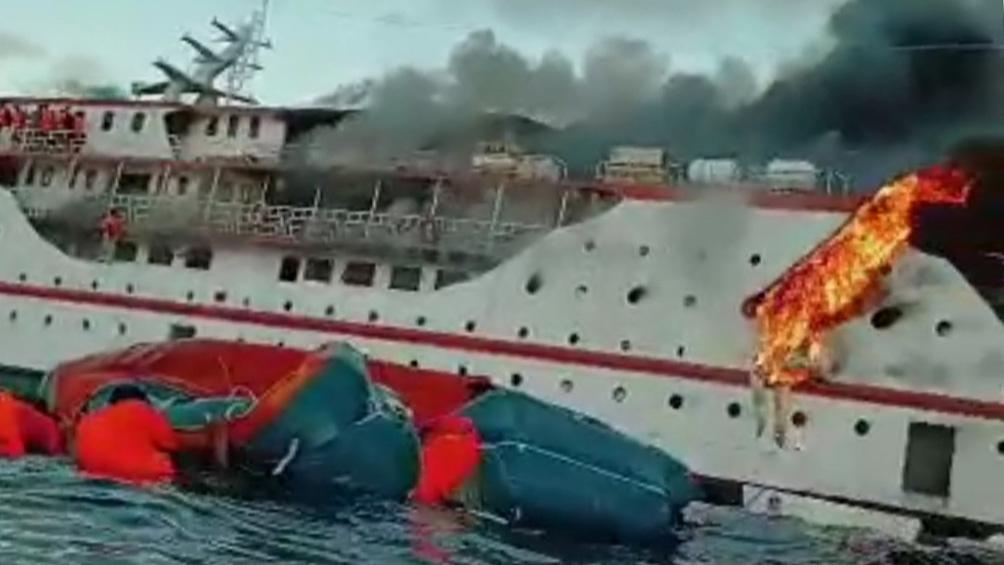 """El """"KM Karya Indah"""" se prendió fuego y pasajeros y tripulación saltaron al mar."""