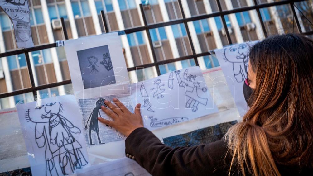 Muchísimos dibujos pegados en los Tribunales de Mar del Plata.