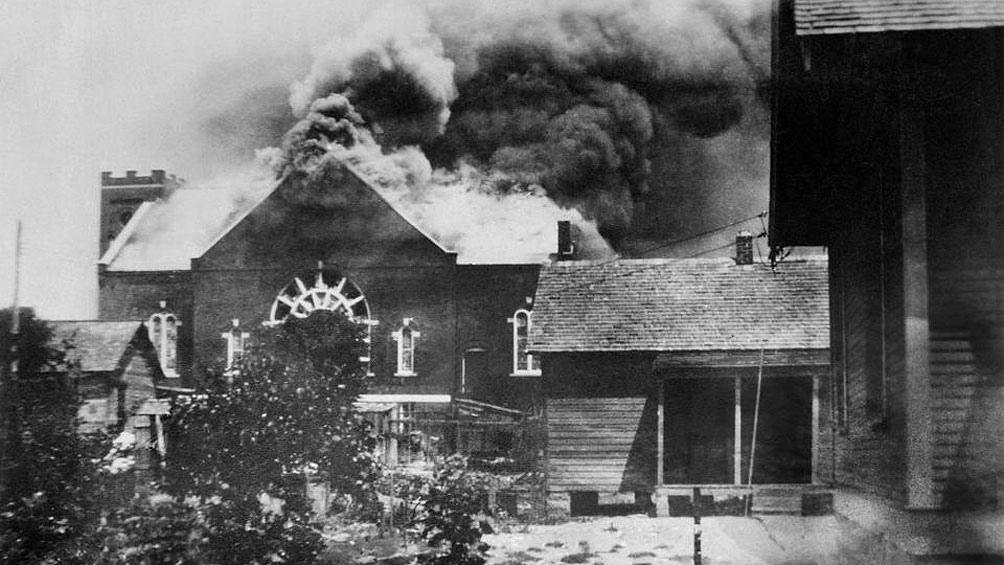 En la noche del 31 de mayo de 1921, una turba de blancos saqueó y mató en Tulsa, Oklahoma, a 300 afroamericanos