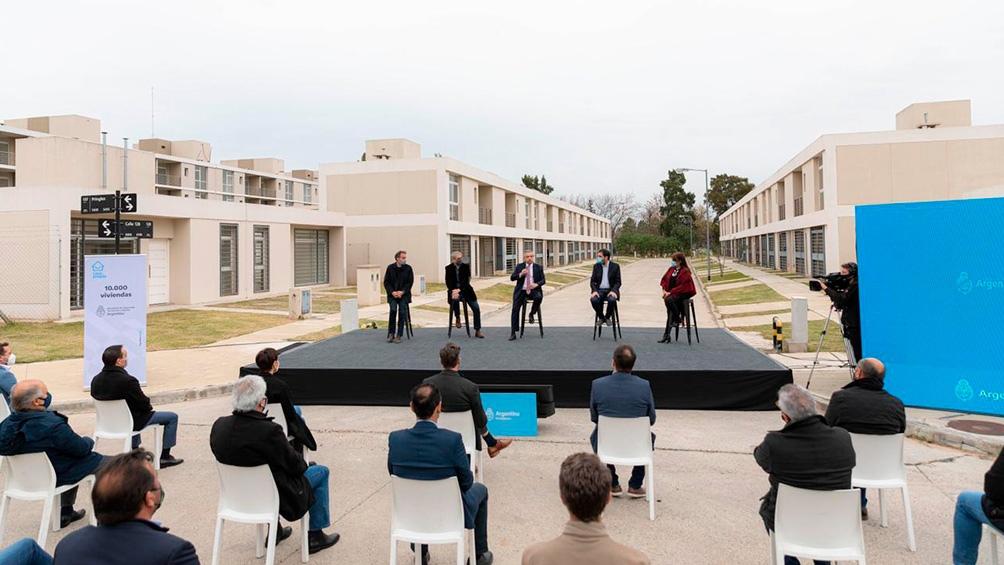 "Fernández señaló que encabezar un acto de entrega de viviendas ""es un momento único para un gobernante"""