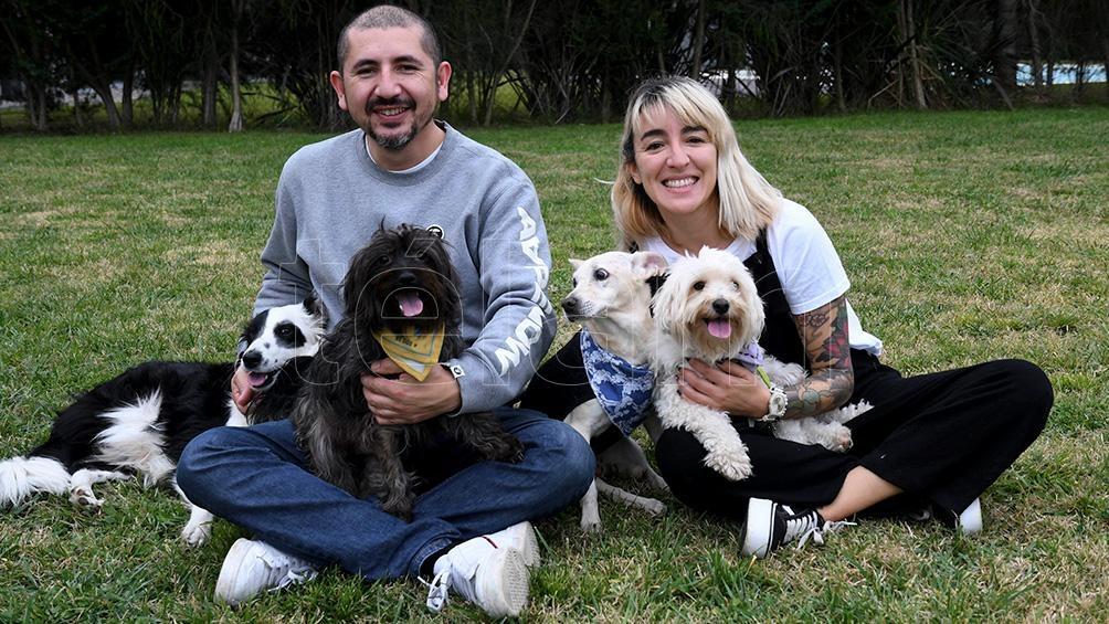 A través de Pichichos al Rescate, durante la pandemia Candelaria y Mauricio adoptaron a Tinta y Frijol, quienes se sumaron a sus dos perros.
