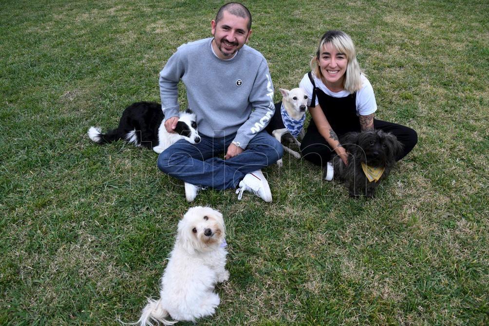 Candelaria y Mauricio, orgullosos con sus mascotas en su casa de Canning. (Fotos: Daniel Dabove/Télam).
