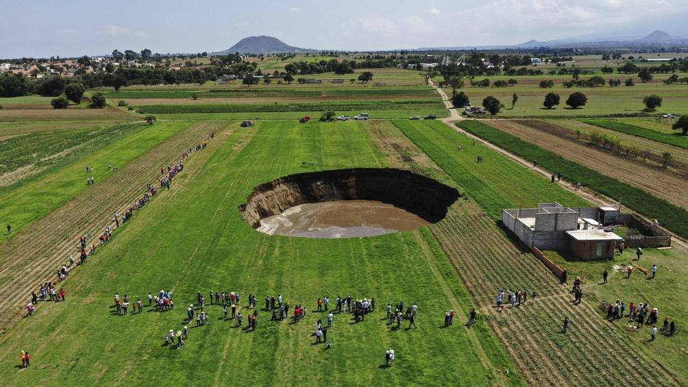 Gigantesco socavón tiene en vilo a pobladores en el centro de México
