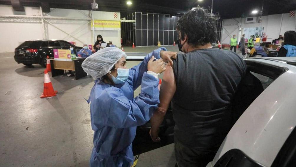 Posee 24 puestos de inoculación donde pueden vacunarse hasta mil personas por día.