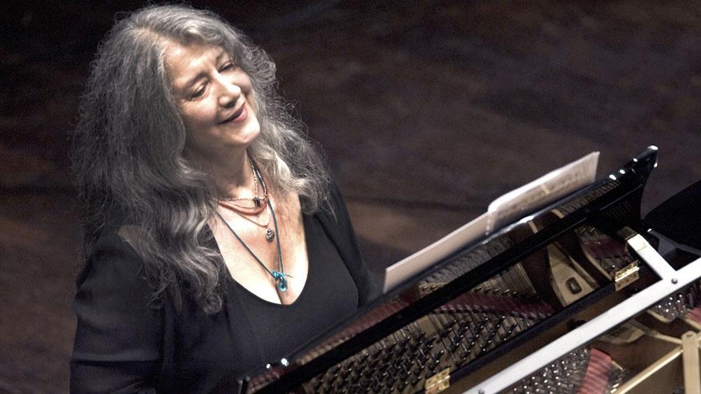 Martha Argerich y las 88 teclas de un piano, un relación que se inició cuando la artista tenía tres años.