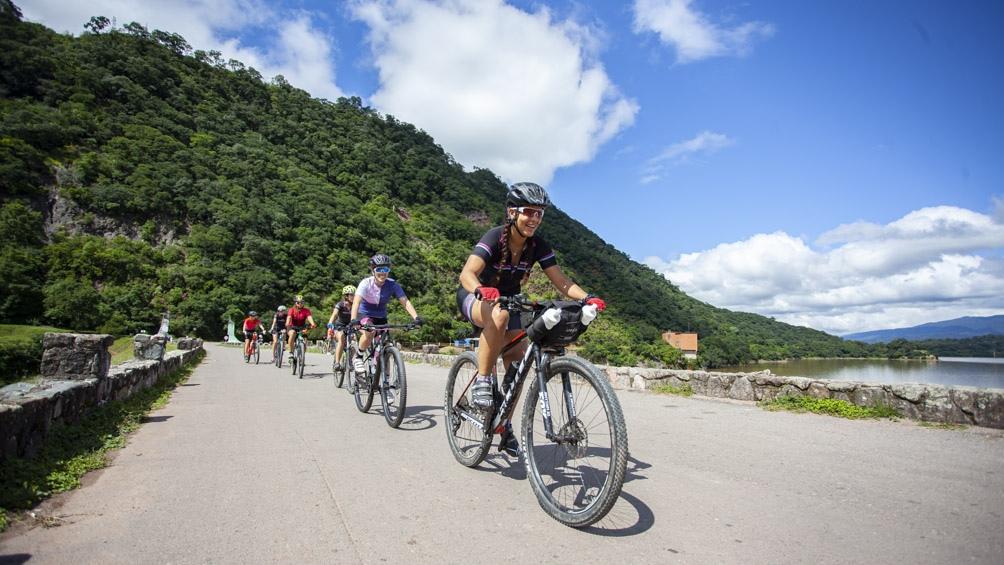 Es común ver en el recorrido hasta el cerro San Javier a personas de todas las edades practicando actividades aeróbicas