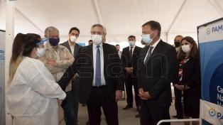 Alberto Fernández visitó el vacunatorio del PAMI en Mendoza