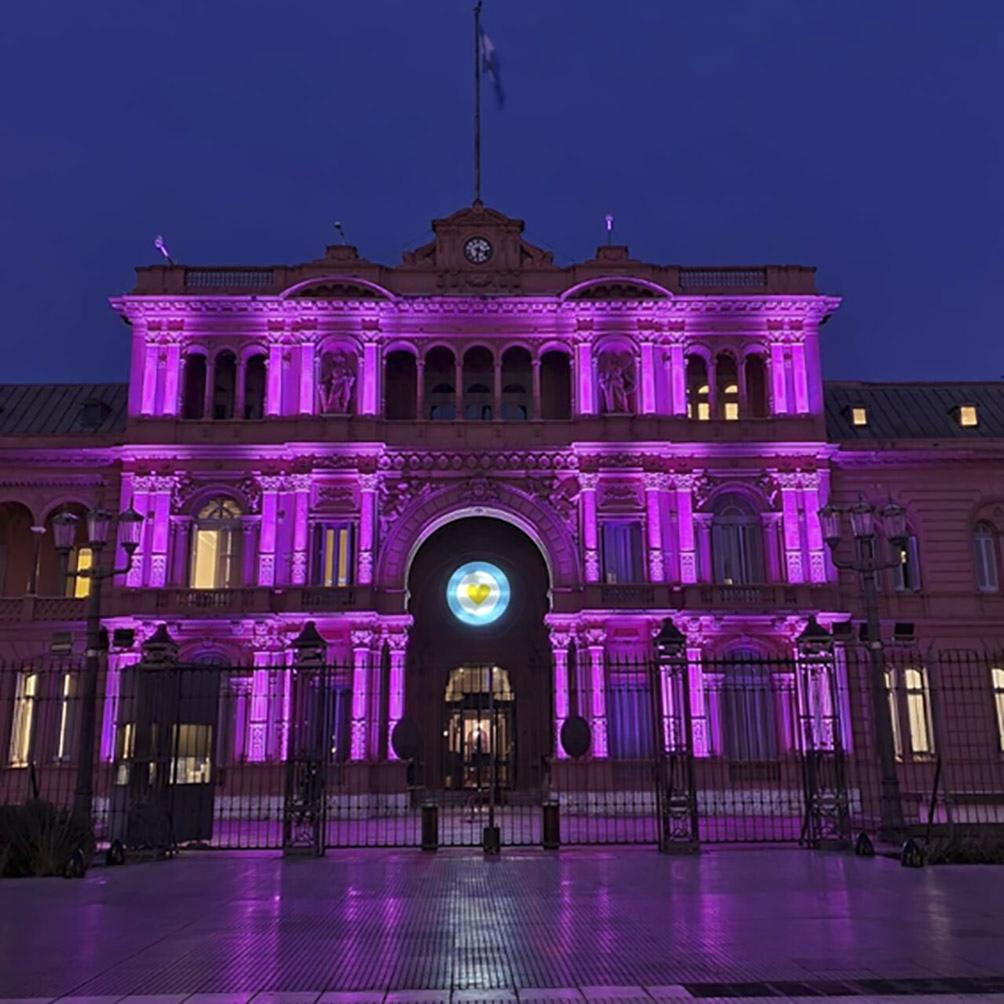 La fachada sobre el acceso principal de calle Balcarce 50 de Casa Rosada quedó iluminada de violeta