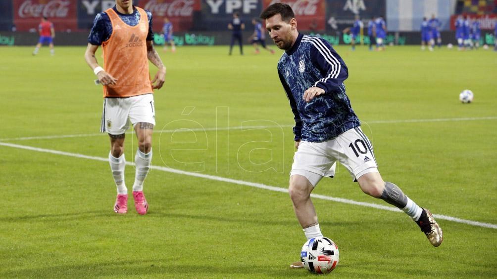 Messi, entradndo en calor antes de enfrentar a Chile por las eliminatorias.