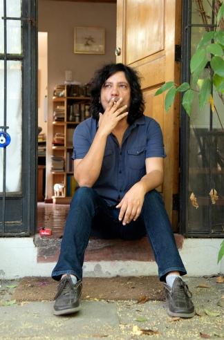 Radicado actualmente en México, el auto chileno vive junto a su mujer, la escritora Jazmina Barrera y su hijo.