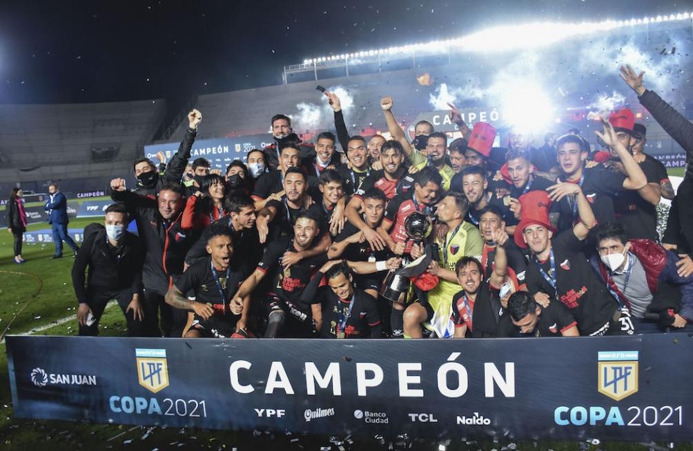 Con un banderazo en Buenos Aires, hinchas de Colón homenajearán al plantel campeón