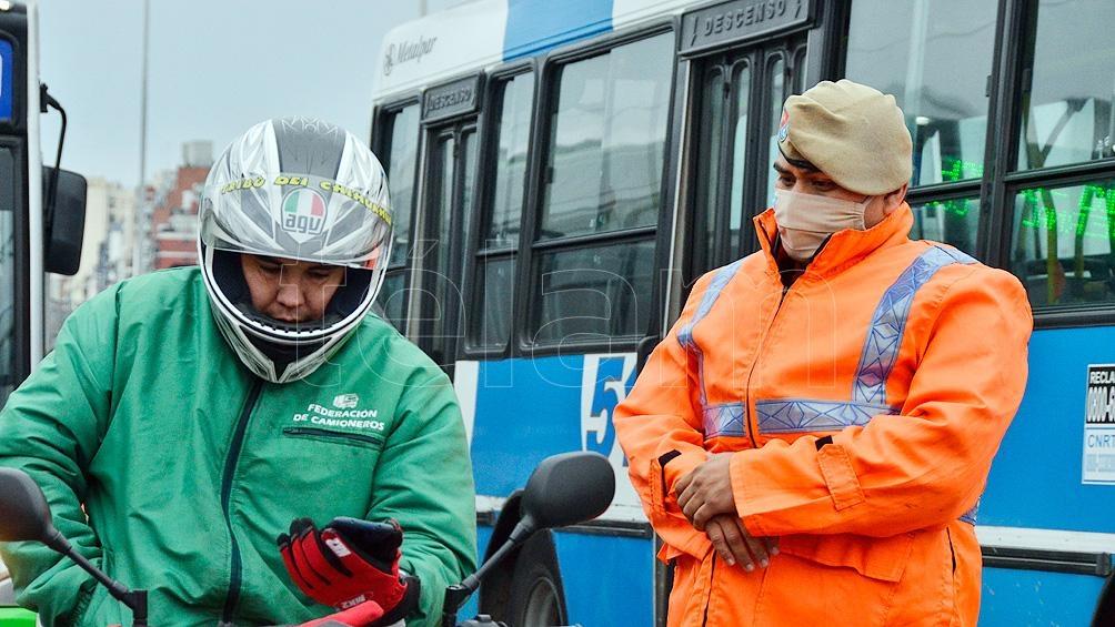 En varias provincias se repiten las escenas de control de pasajeros en el transporte público.