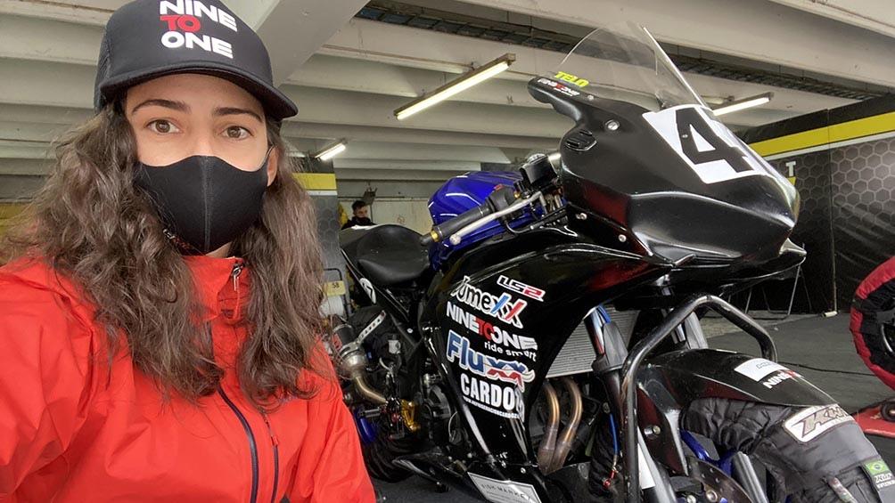 Virginia Guidetti decidió subirse a una moto de competición y darle su glamour al Superbike argentino.