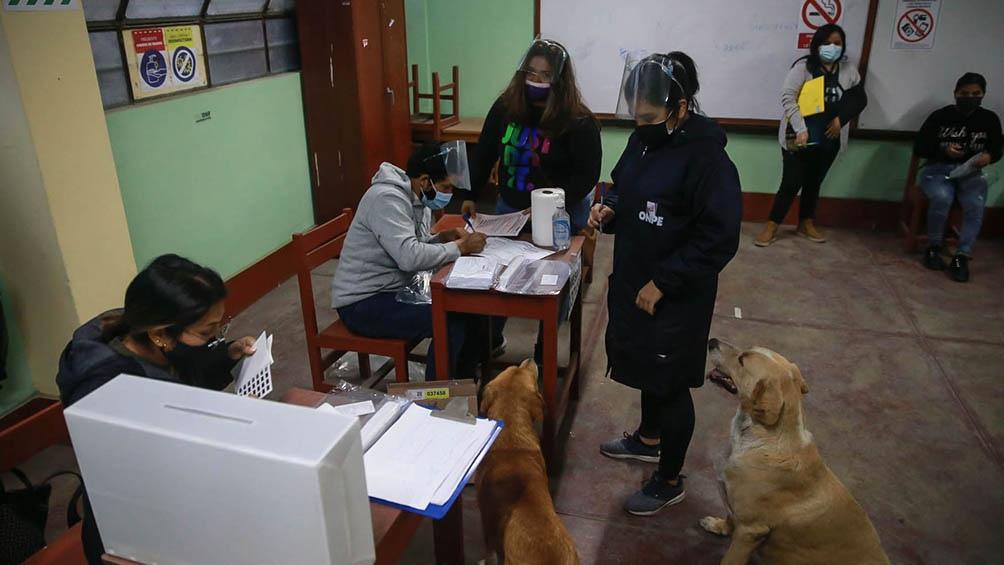 Contabilizadas el 99.44% de las actas, Castillo alcanzaba el 50,505% de los votos y Fujimori el 49,495%.