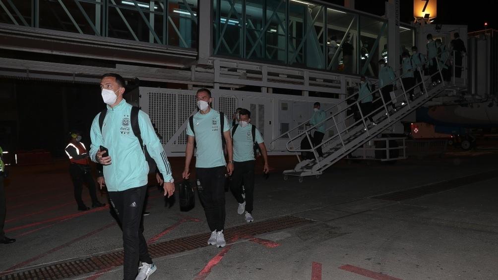El plantel dirigido por Lionel Scaloni y capitaneado por Lionel Messi llegó al aeropuerto Ernesto Cortissoz, ubicado aproximadamente 10 kilómetros al sur del centro de Barranquilla.