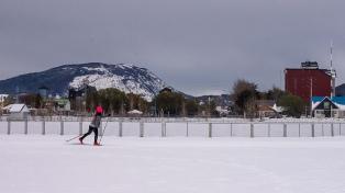 Esqui urbano: acondicionam pistas para fazer esqui em pleno centro de Ushuaia