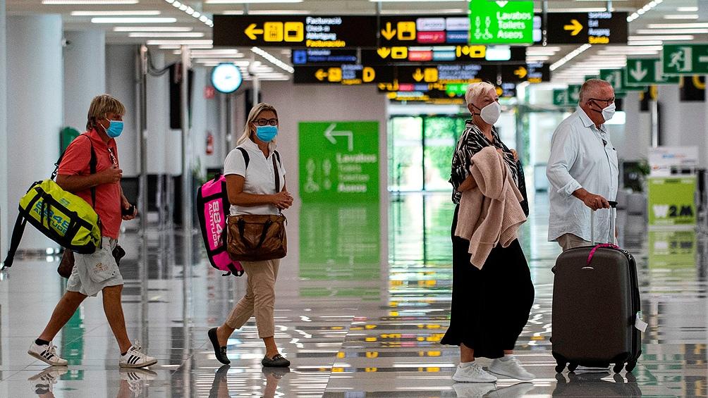 La medida supone volver a imponer restricciones a los viajes no esenciales desde esos países.