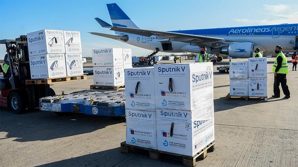 El vuelo AR1063 arribará a las 17 al aeropuerto internacional de Ezeiza, proveniente de Moscú, con 400.000 dosis del componente 2 de Sputnik V